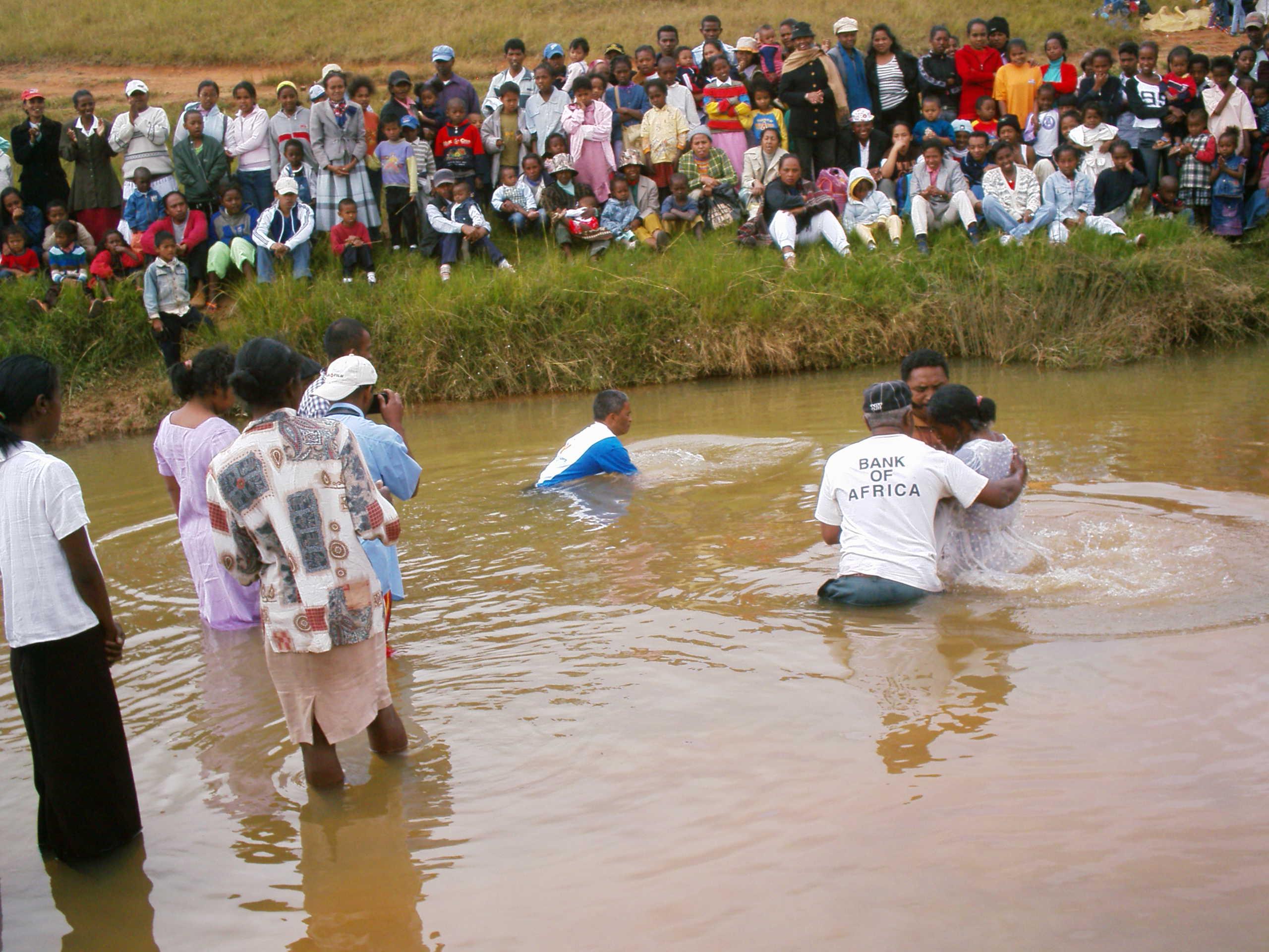 Erwachsenen-Taufe in Madagaskar
